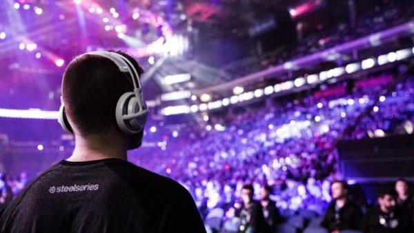 tipico evento esportivo con videogiocatore che guarda la platea
