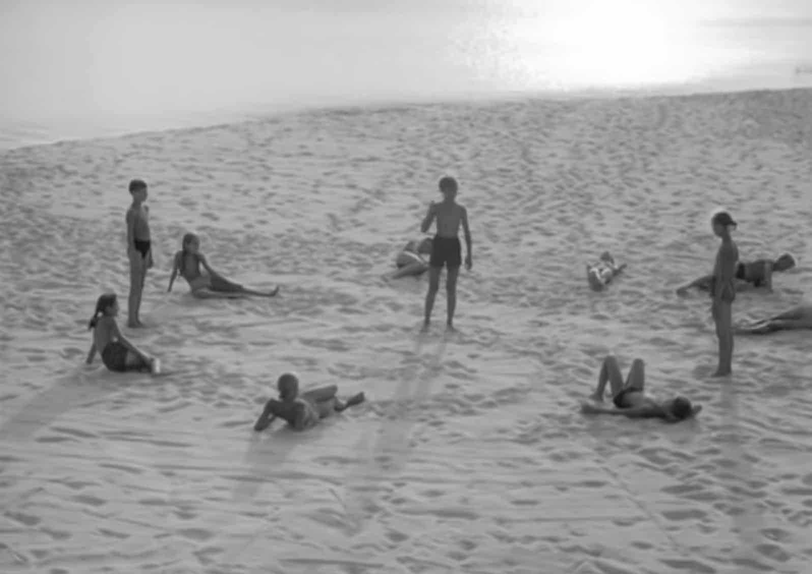 Bambini giocano sulla spiaggia ne L'Infanzia di Ivan