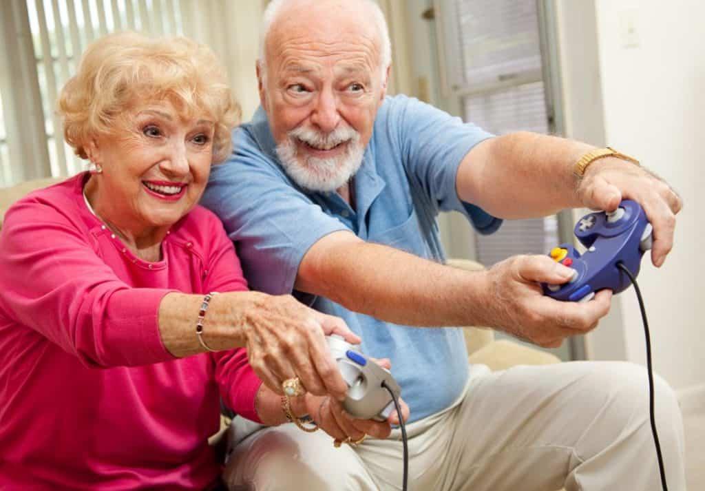 I nonni che giocano ai videogiochi dimostrano che il divertimento non ha età, e aiuta a combattere il declino cognitivo