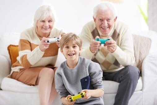 due anziani giocano con un bambino