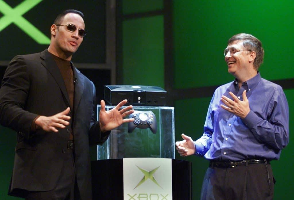 Microsoft presenta la prima Xbox con Bill Gates e The Rock