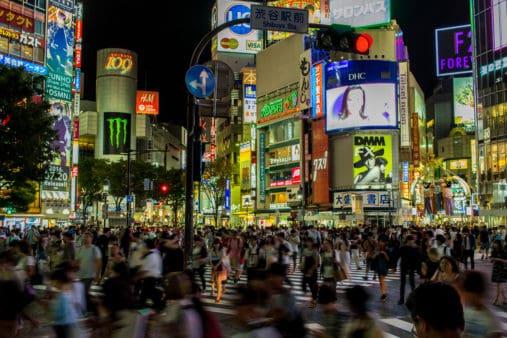 La Tokyo in cui è ambientato Persona 5, con i suoi cartelli pubblicitari e persone