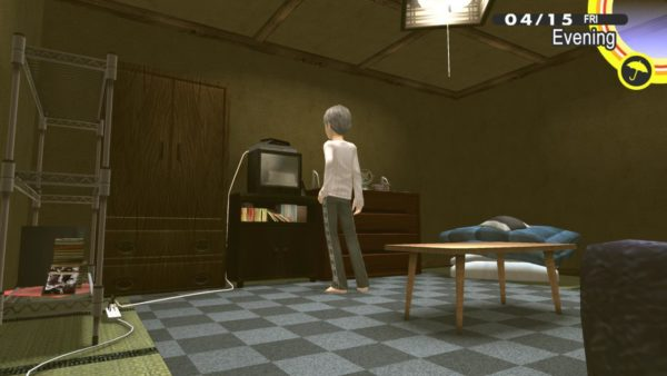 Yu Narukami avvicina la mano a una TV nella sua stanza in Persona 4 Golden