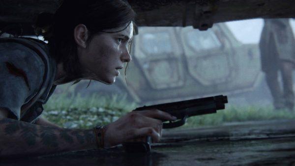 Ellie striscia per terra con una pistola in mano