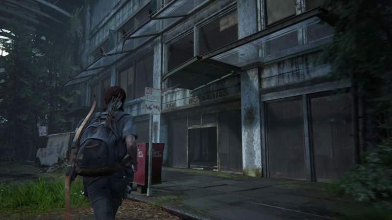 Ellie trova un edificio desolato durante il suo viaggio