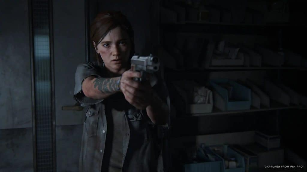 Ellie punta una pistola alla videocamera