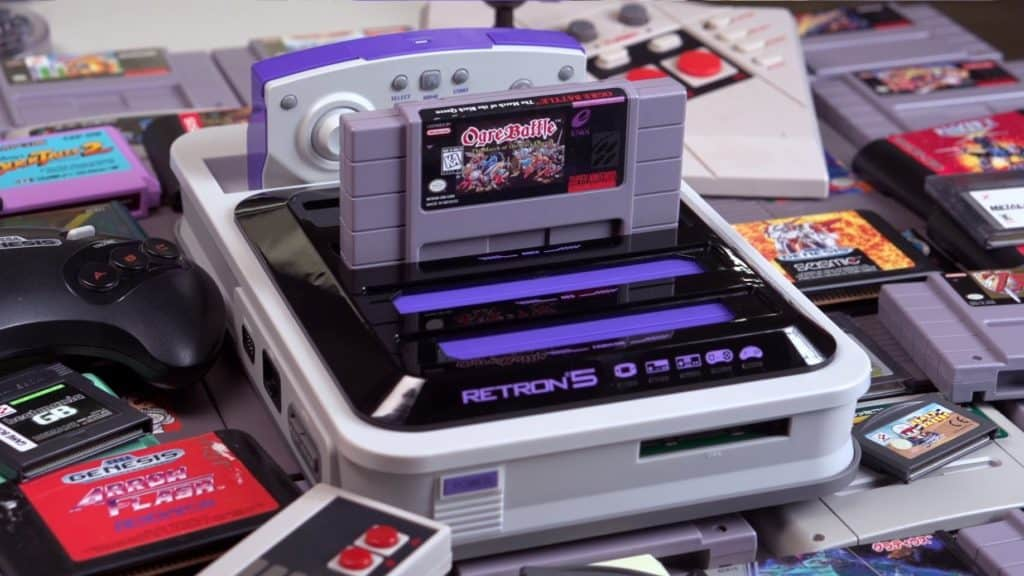 RetroN 5 con inserita dentro una cartuccia di Ogre Battle