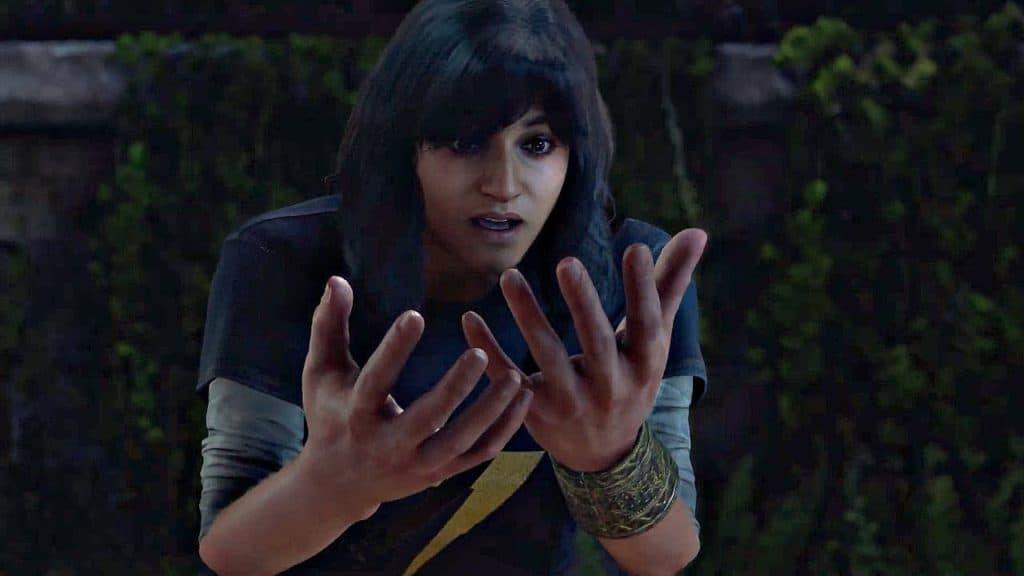 Kamala guarda le sue mani ingrandite in Marvel's Avengers