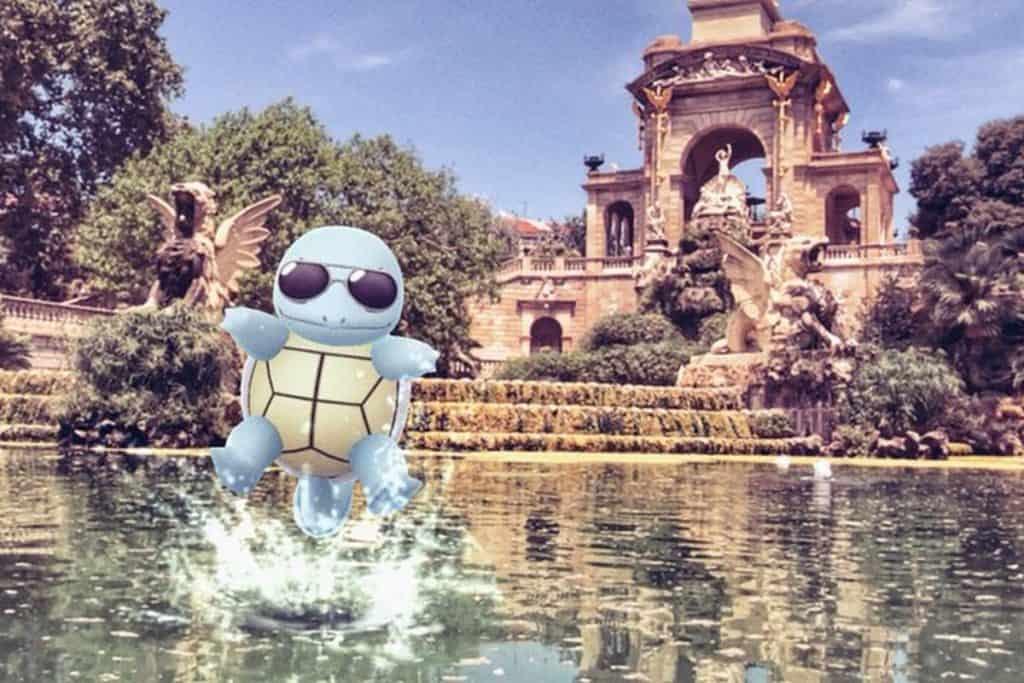 Squirtle che si bagna in una fontana