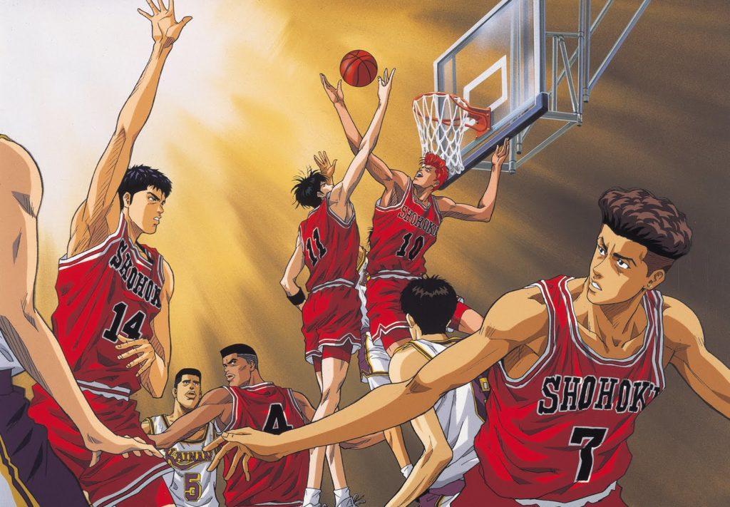 Sakuragi Hanamici salta per prendere un rimbalzo, in primo piano alcuni compagni di squadra