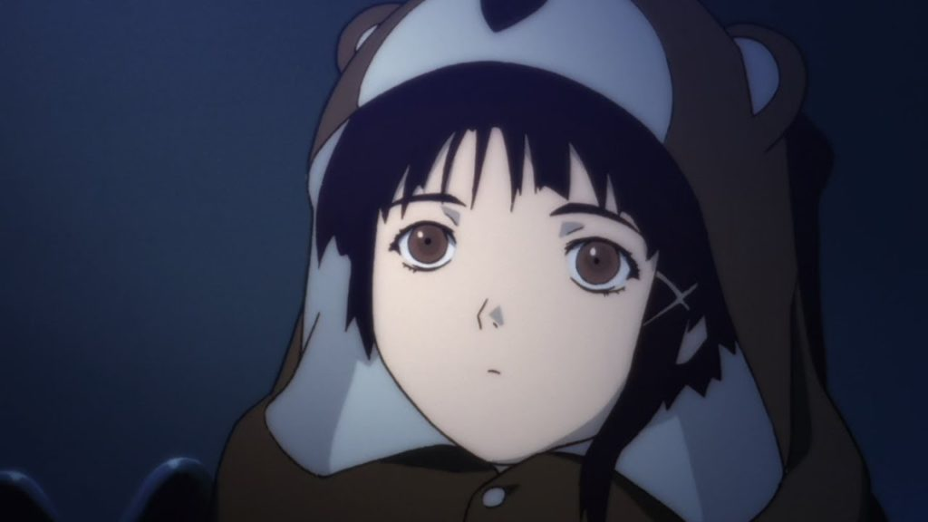 La protagonista Lain nel suo pigiama a forma di orsacchiotto