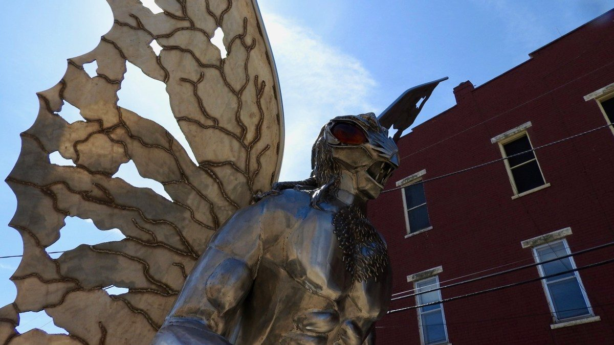 Statua di Mothman a Point Pleasant, West Virginia