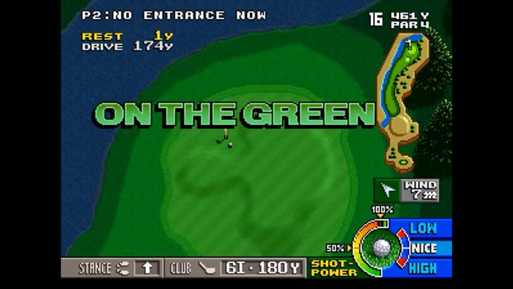 La pallina da golf è stata lanciata sul green del campo e viene esclamato dal gioco stesso