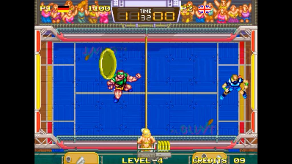 Il frisbee viene lanciato in alto come un pallonetto di calcio per confondere il nemico