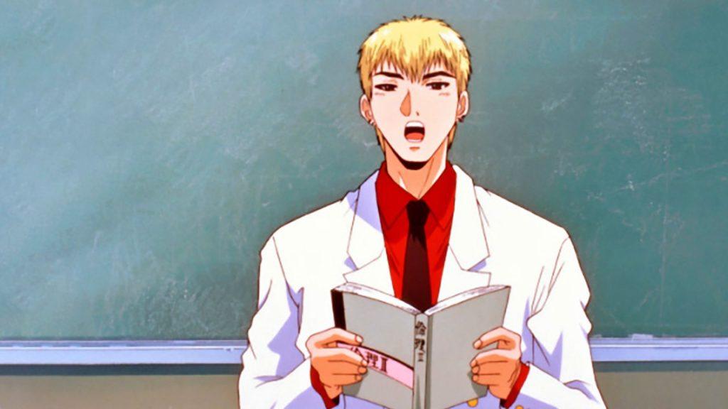 Onizuka legge svogliato il libro di testo davanti alla classe