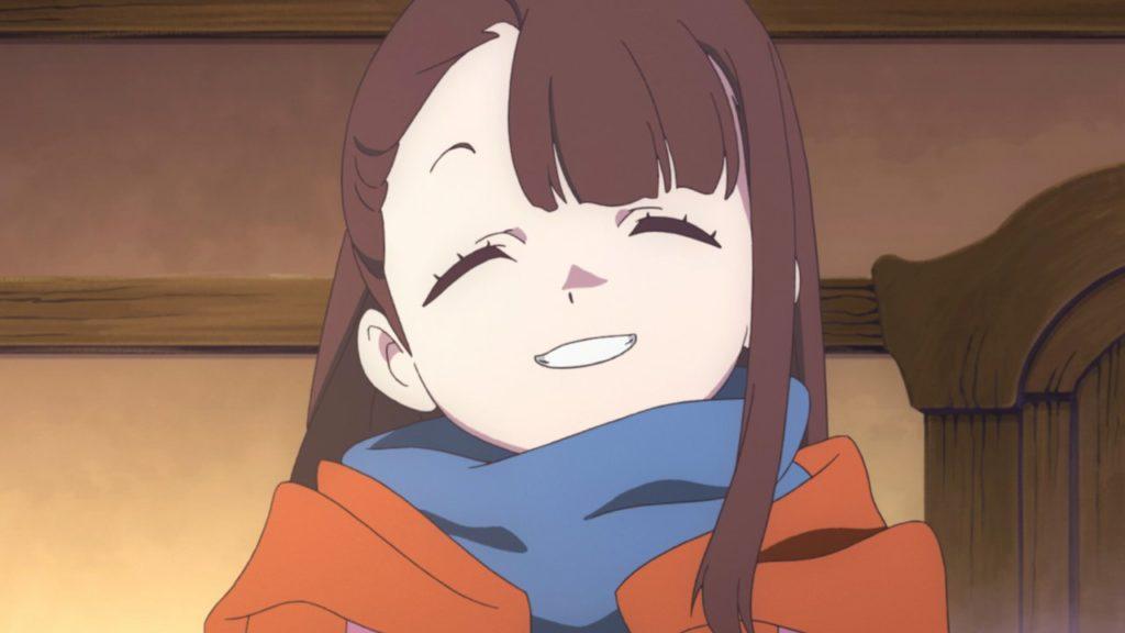 Akko sorride verso la telecamera